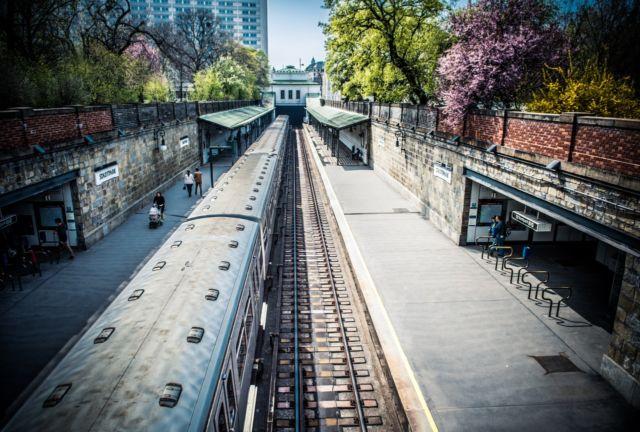 Commuter Line tiba di Stasiun