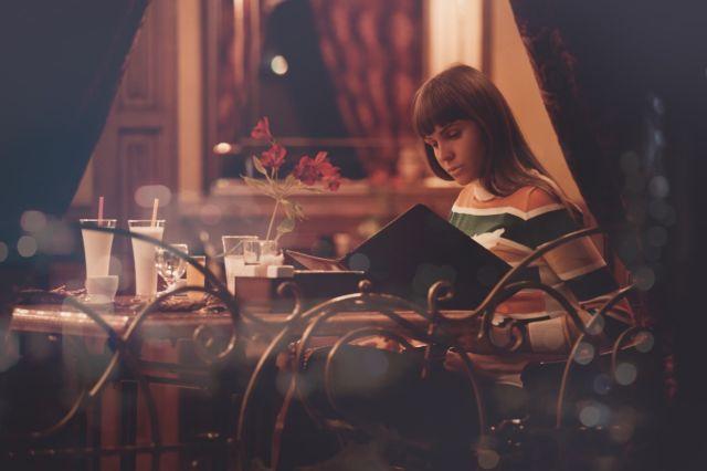 Gadis Sendirian di Restoran