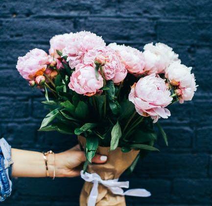 86 Gambar Orang Memegang Bunga Mawar Kekinian