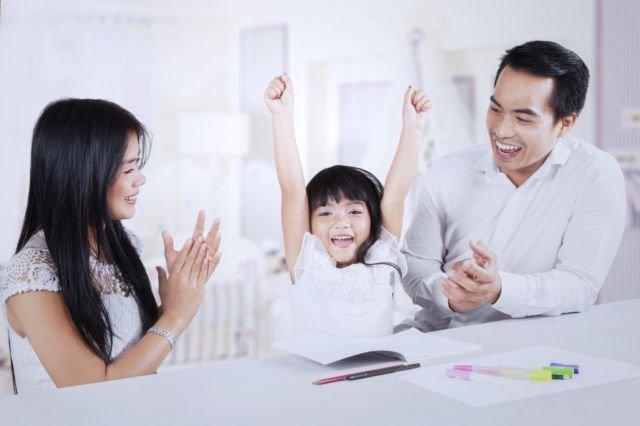 bisa dimulai dengan memberi umpan agar anak menceritakan aktivitasnya hari ini