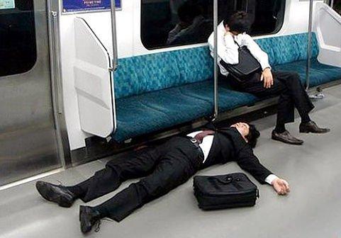 Orang tidur di tempat umum
