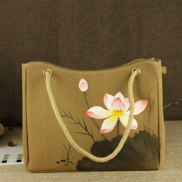 Mungkin kamu bisa coba melukis di tas seperti ini