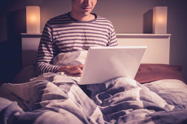 Hindari kebiasaan menaruh laptop di atas kasur