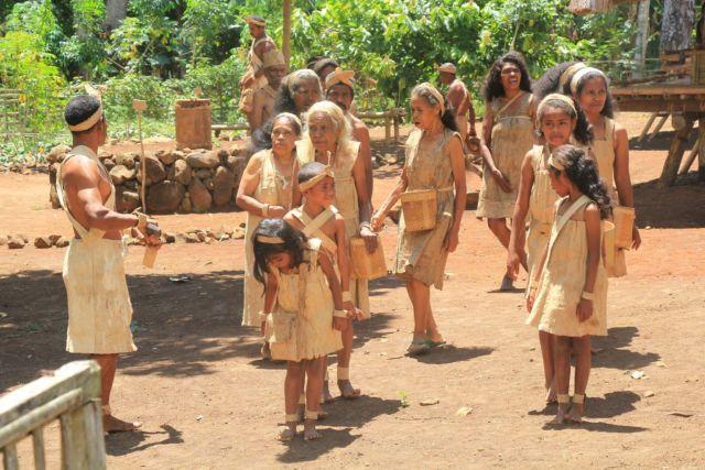 Penduduk asli Alor dengan pakaian terbuat dari kulit kayu