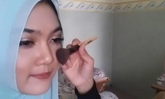 Cara Mengaplikasikan Blush-on (Foto Penulis Saat Makeup Client @nada.mua)