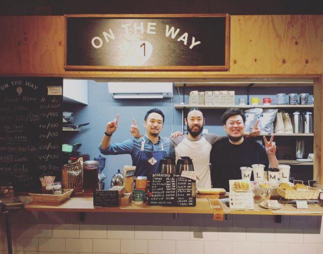Owner ON THE WAY Coffee & Cupcake yang ada di tengah