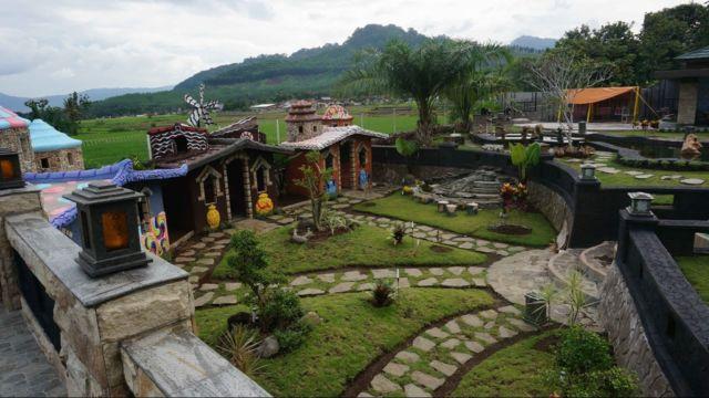Rumah Hobbit di Area Coffee & Resto Glenmore