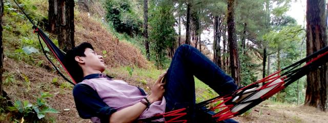 Menikmati pemandangan sambil beristirahat
