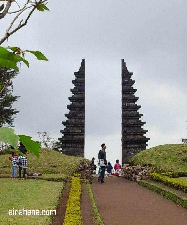 Salah satu gapura di Candi Cetho, mirip dengan yang ada di Bali, kan