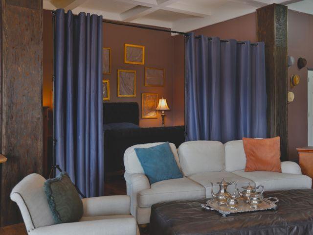13 Ide Kreatif Pembatas Ruangan Untuk Rumah Mungil Satu Ruangan