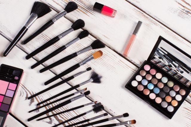Cara Membersihkan Kuas dan Aplikator Makeup yang Tepat