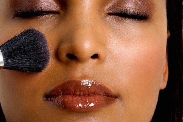 Usapkan blush on secara tepat untuk hasil maksimal
