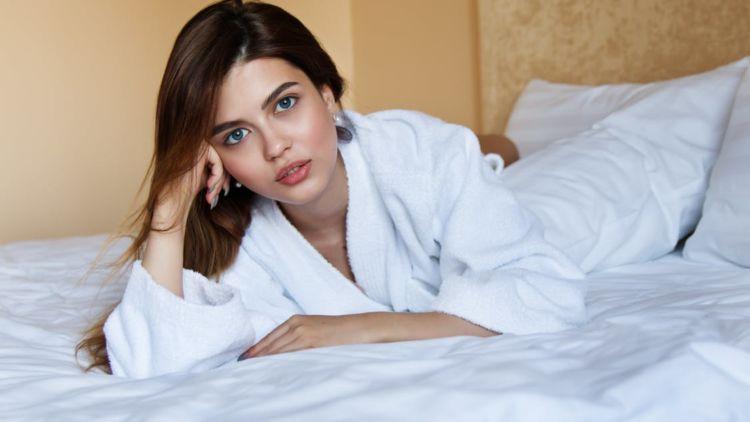 Malam pertama suami istri di ranjang hot