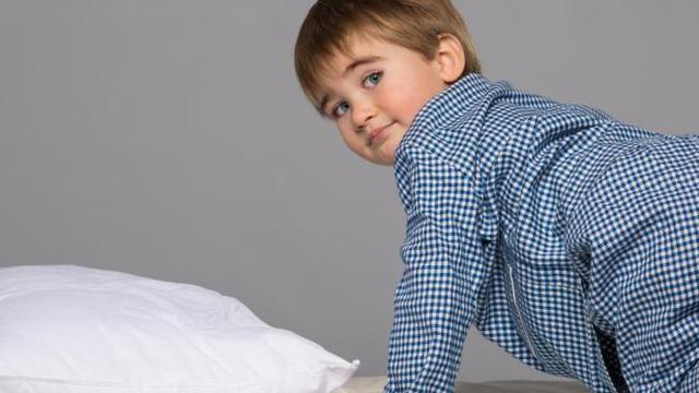 anak kecil intip dari selimut