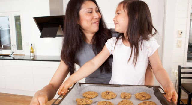 membuat kue bersama anak