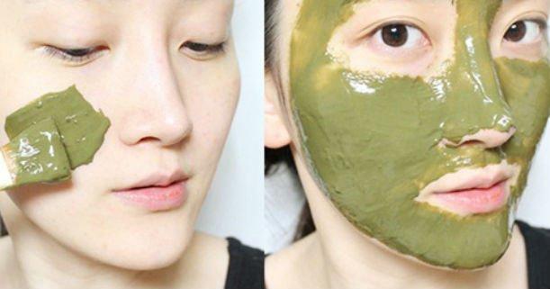 menggunakan masker wajah
