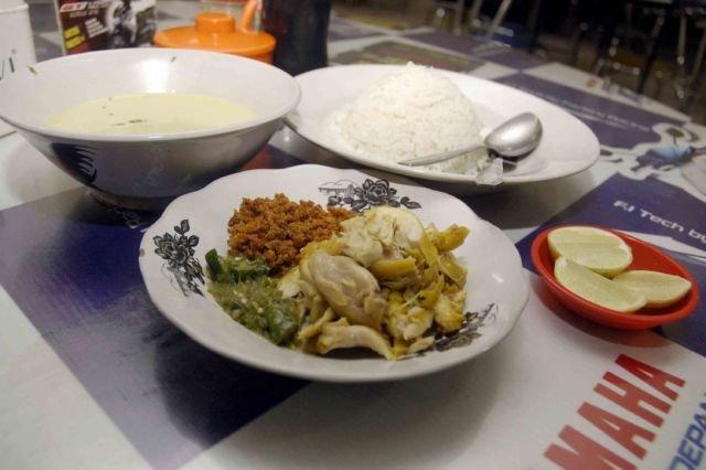 soto ayam dengan nasi perpaduan yang sangat pas