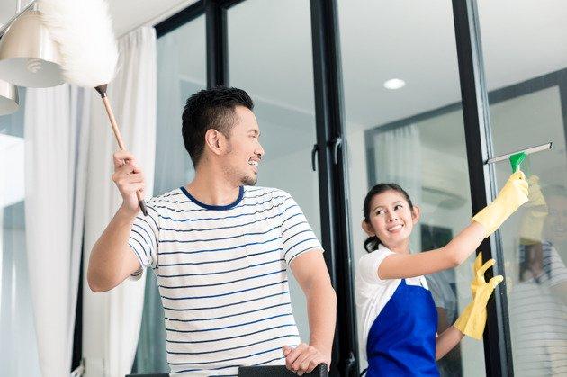 Bekerjasama membersihkan rumah