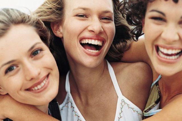 wanita tersenyum bahagia