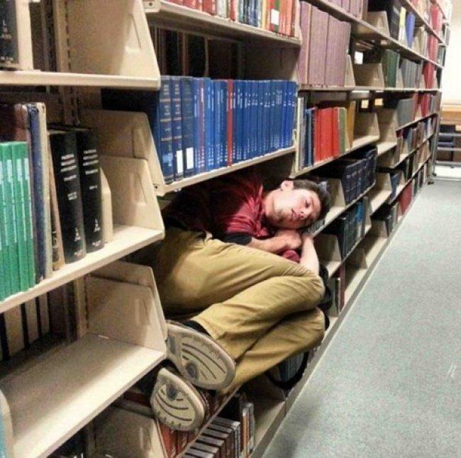 12 Potret Konyol Orang Yang Tidur Di Ruang Publik Kalau