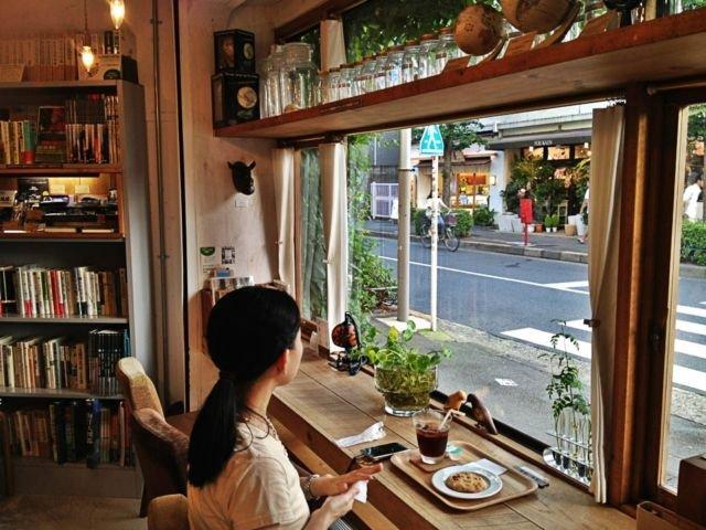 duduk santai di kafe