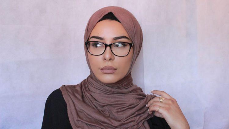 Begini Cara Make Up Yang Benar Untukmu Gadis Manis Berhijab Dan Pakai Kacamata