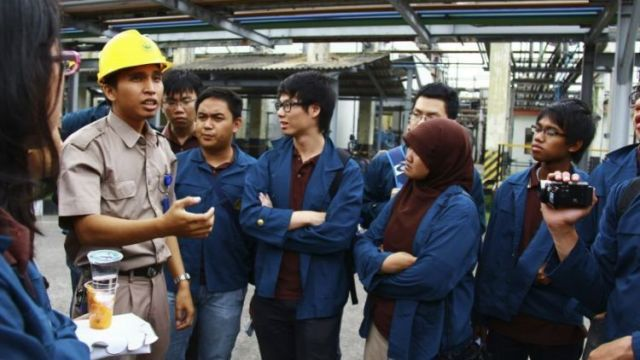 Mahasiswa Kimia Sedang Praktek Lapangan