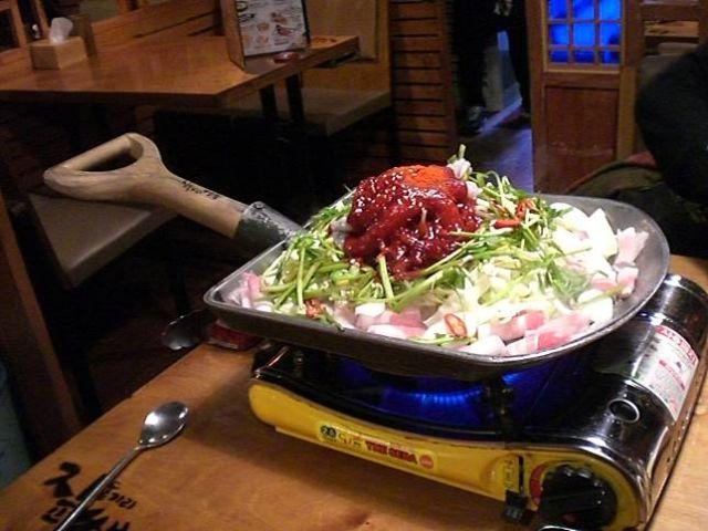 Makanan yang disajikan di atas sekop