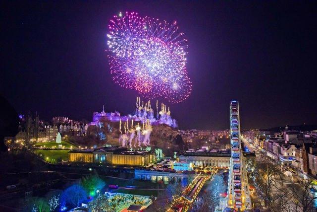 Warna-warni kembang api di Hogmanay Festival