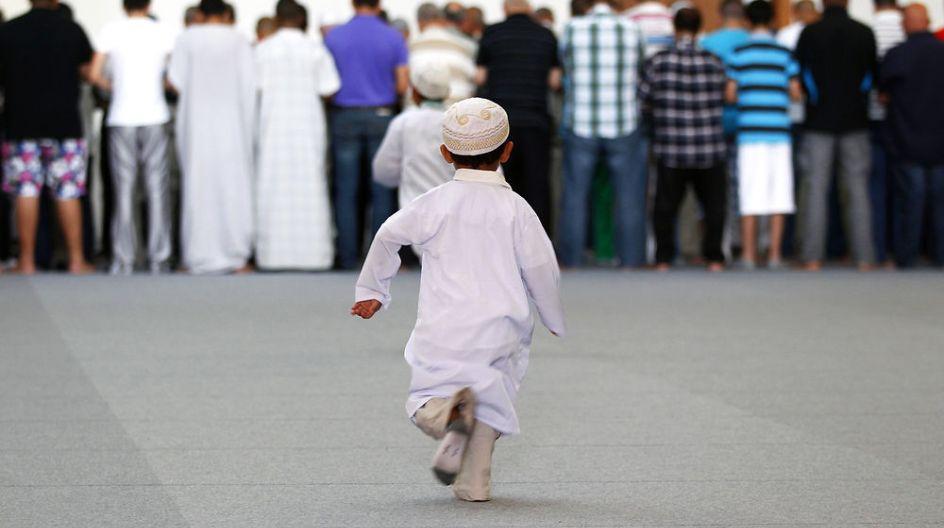 Gambar Animasi Anak Muslim Pergi Sholat 17 Potret Anak Anak Dari Berbagai Penjuru Dunia Saat Ikut Ke Masjid Lucu Sih Selama Nggak Ganggu Ibadah