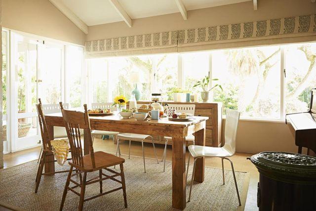 ruang makan dengan jendela