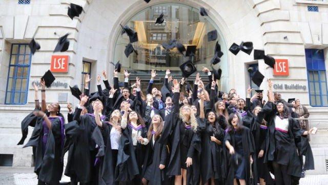 Mahasiswa di UK merayakan kelulusan