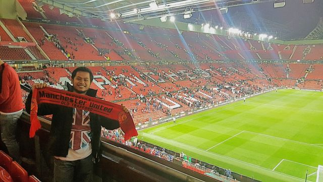 Berfoto usai pertandingan Manchester United