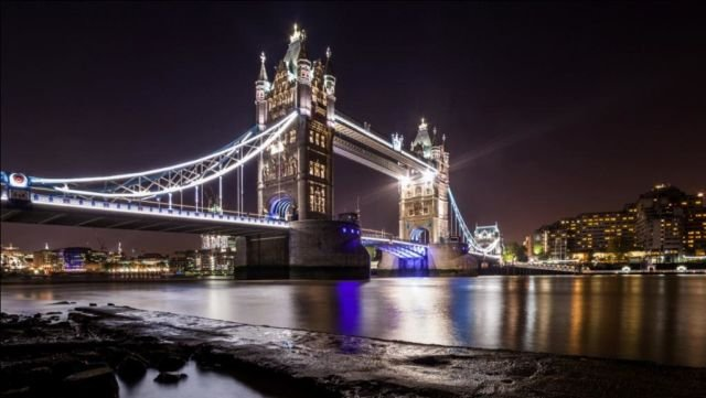 Keindahan London Bridge di malam hari