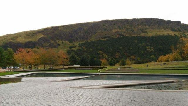 Pemandangan Arthur's Seat dari Holyrood Park