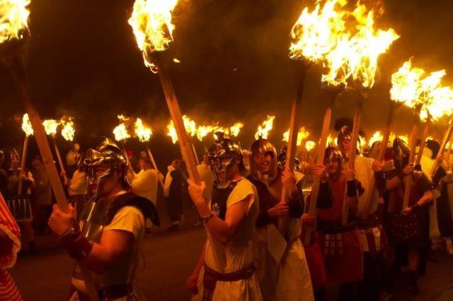 Warga mengenakan kostum prajurit viking dan membawa obor