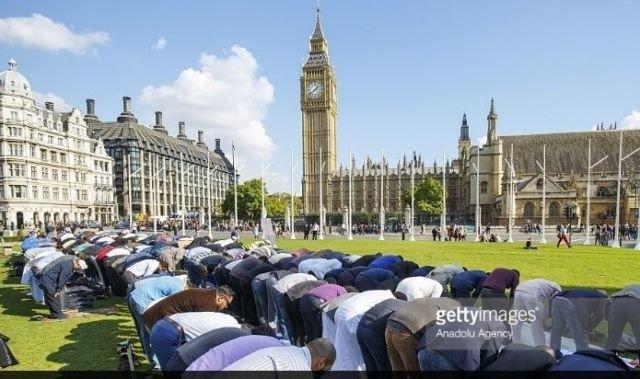 Shalat Jum'at di Parliament Square London