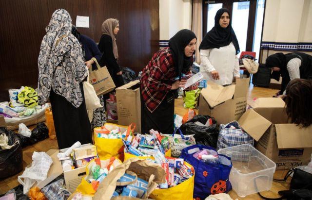 Beberapa Relawan Muslim yang Menyediakan Makanan Untuk Tunawisma
