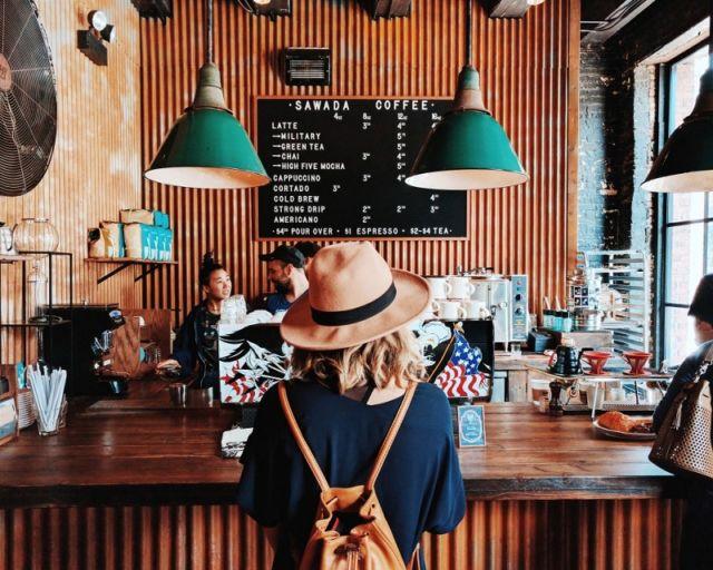 Hangout di kafe atau restoran sah-sah aja kok, tapi kalau masih mau hemat ketahui dulu triknya.