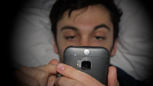 Terlalu asyik main smartphone bisa bikin kamu jadi begadang, deh