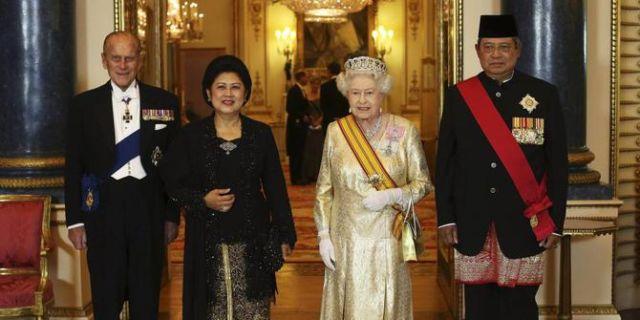 """(dari kiri ke kanan) Pangeran Phillip, Ibu Negara Ani Yudhoyono, Sri Ratu Elizabeth II, dan Presiden ke-6 SBY, setelah penganugerahan gelar """"Order of the Bath"""" untuk Presiden ke-6 SBY, tampak berfoto bersama di salah satu ruangan di Istana Buckingham yang begitu mewah, sesaat sebelum acara jamuan kenegaraan dimulai"""