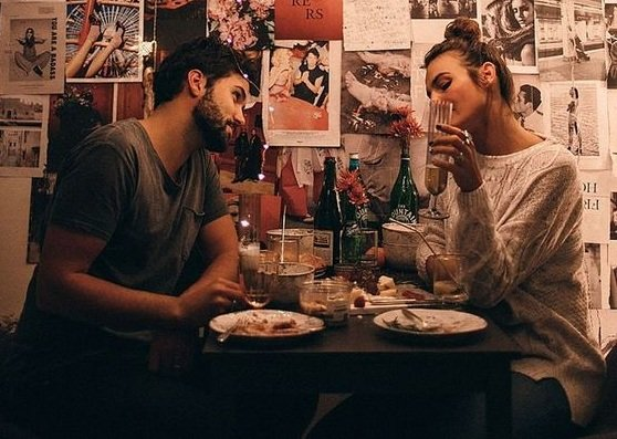 Makan malam romantis itu acara makan