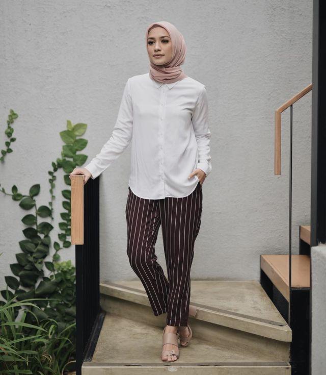 10 Cara Pakai Baju Putih Sesuai Warna Kulit Biar Tetap