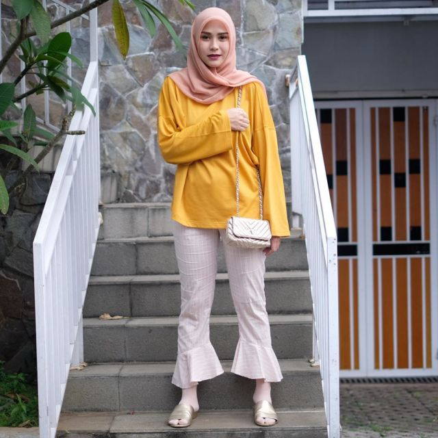 Padanan Anti Norak Buat Atasan Warna Kuning Mustard Selain Bikin Cerah Kulit Juga Tak Mencolok Di Mata