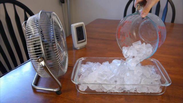 tambahkan es batu di depan kipas