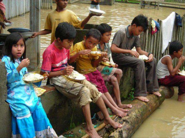 berbuka di lokasi banjir