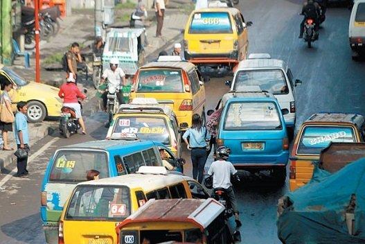 Angkutan umum yang menunggu penumpang
