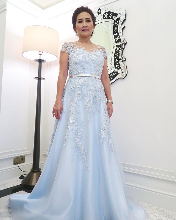 10 Ide Model Gaun Non Kebaya Untuk Mama Saat Resepsi Anti Ribet