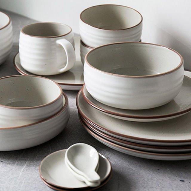 satu set piring dan mug