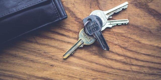Nyabut kunci motor atau kunci rumah